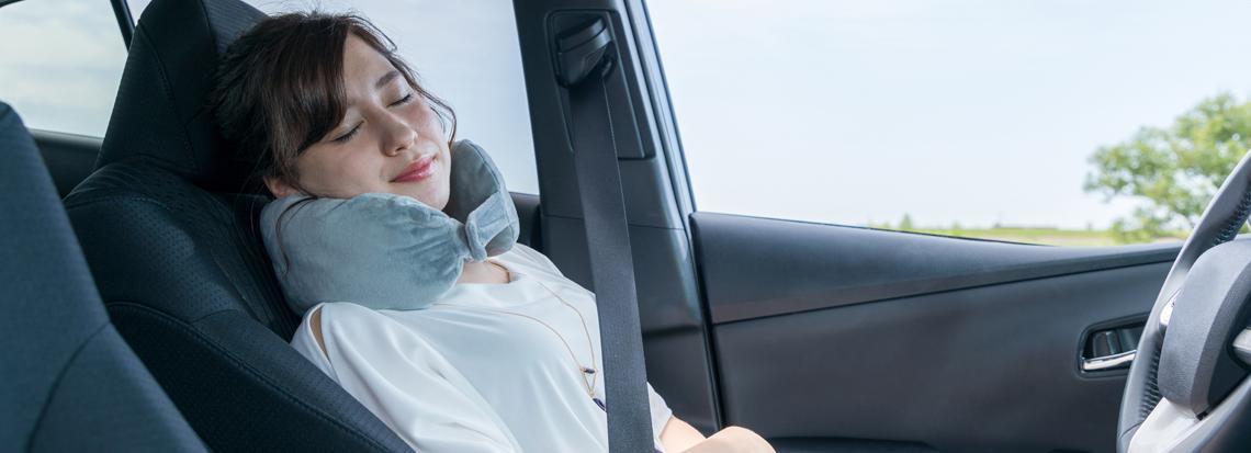 Kvinna vilar i bilen